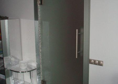 Распашная дверь из матового закаленного стекла