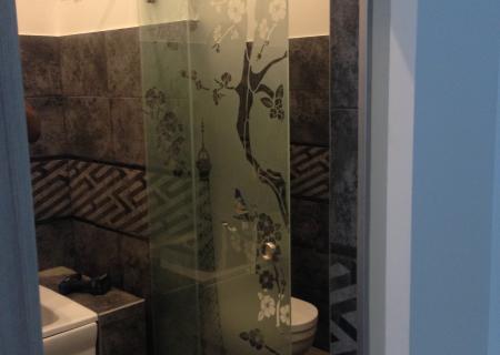 Стеклянная дверь в ванной комнате