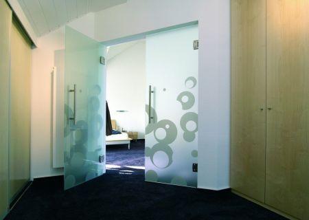 Маятниковая дверь из закаленного стекла