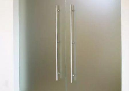 Маятниковые двери из матового закаленного стекла