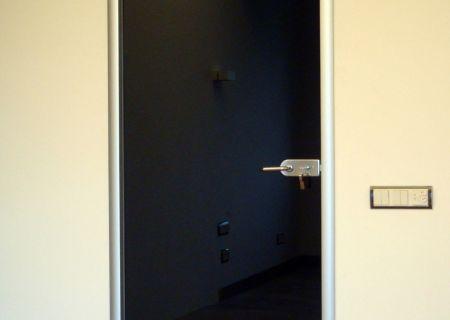 Маятниковая дверь из тонированного закаленного стекла